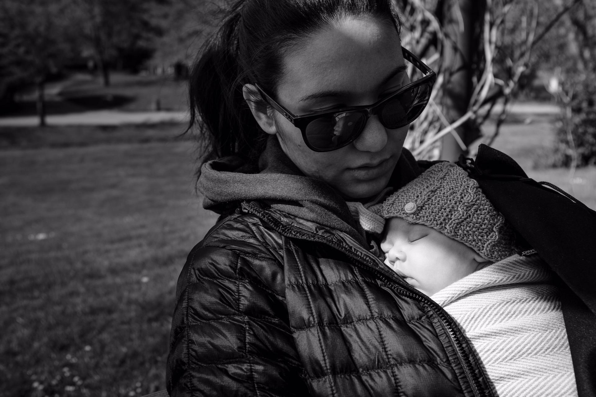 Ich trage mein mein Baby im Tragetuch.