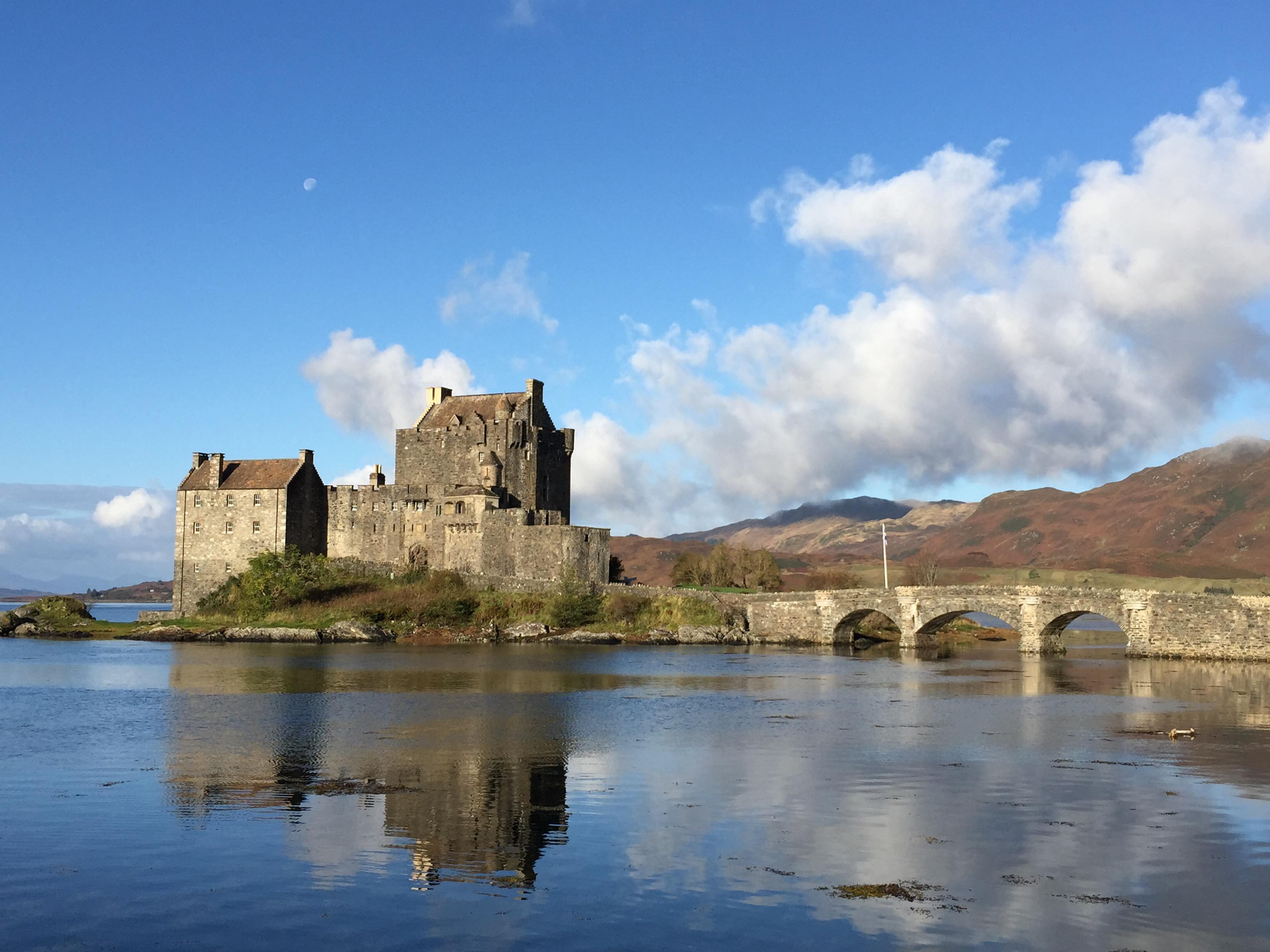 Eilean Donan Castle und die Spiegelung im Wasser.