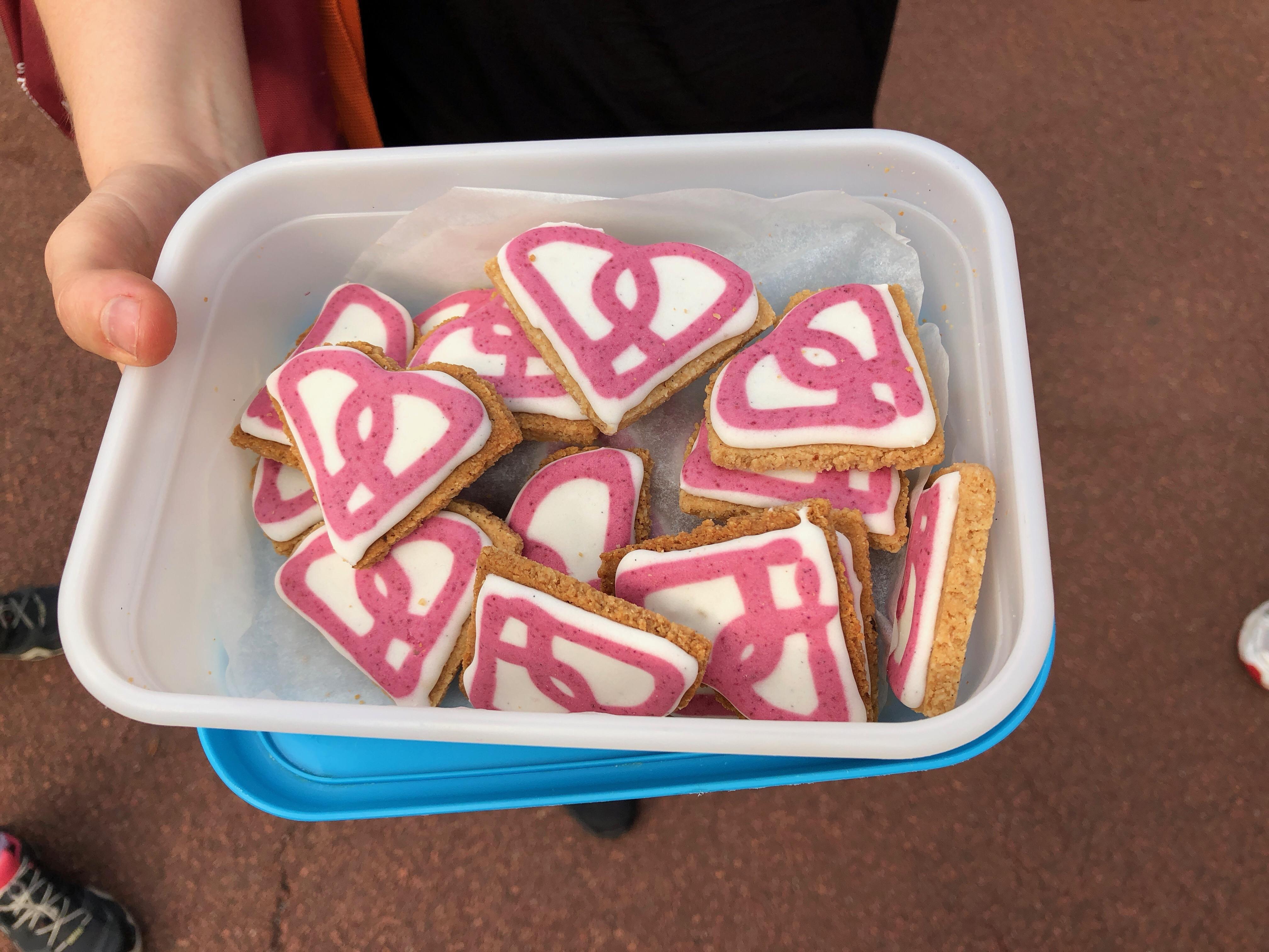 Selbst gebackene Kekse mit dem POP Pilates Logo