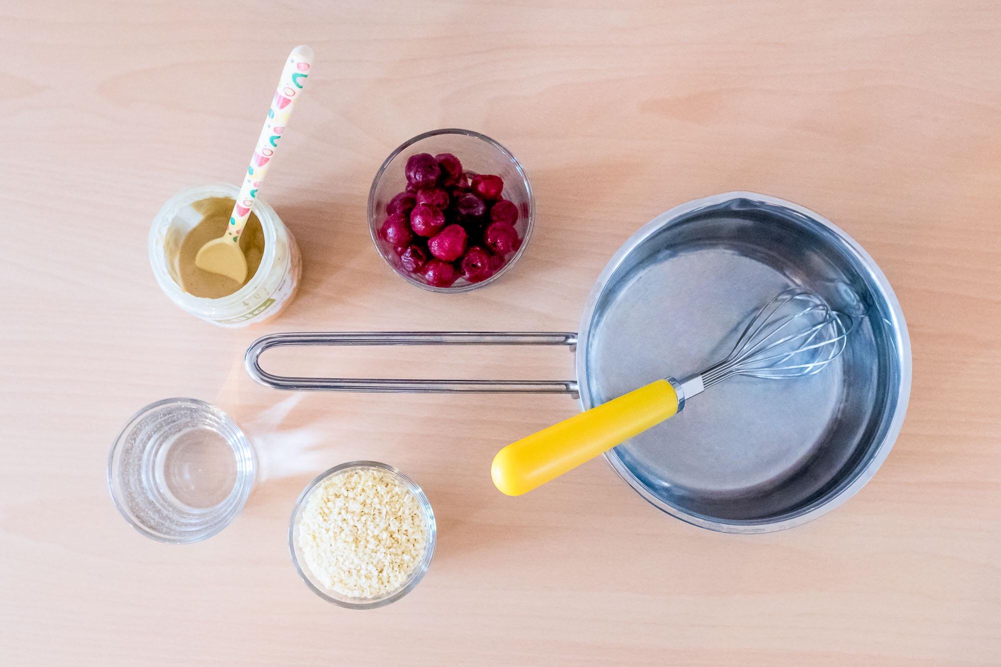 Alle Zutaten für einen leckeren Hirsebrei mit Obst / Kirschen.