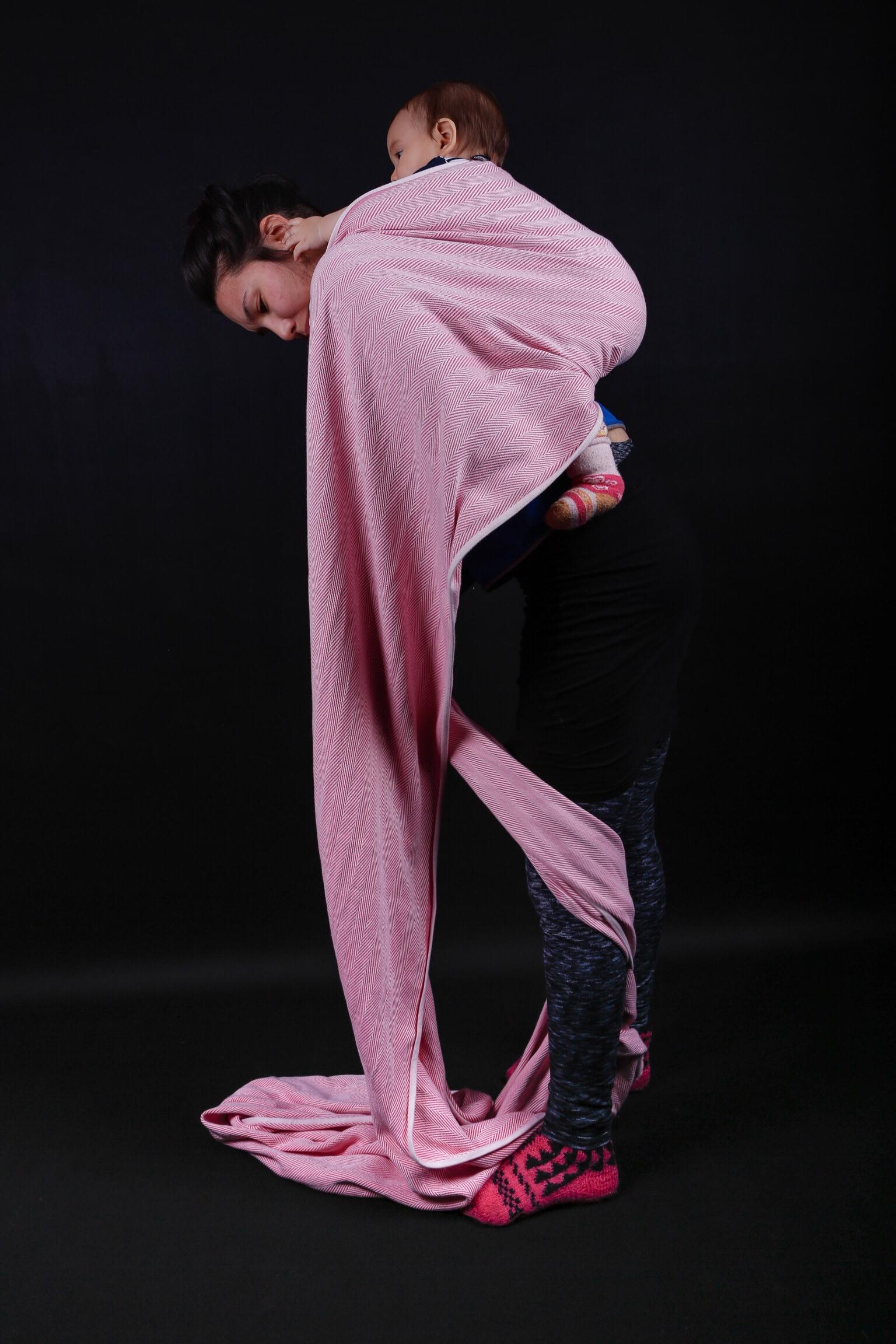 Ich binde mein Kind in einen Didymos Lisca auf meinen Rücken