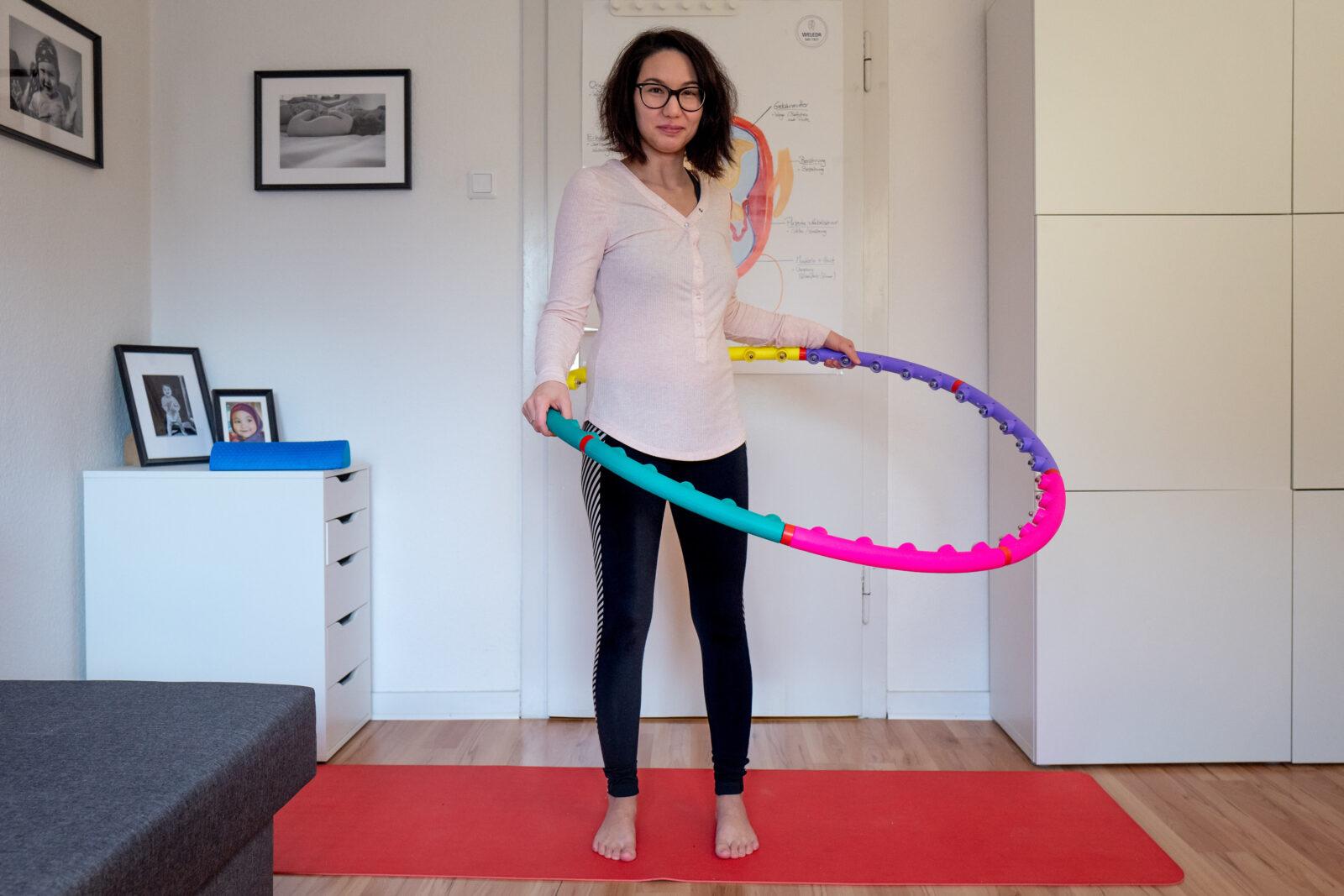 Ulya mit beim Hula Hoop Training mit einem bunten Reifen